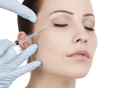 Frau bekommt Spritze gegen Augenfalten